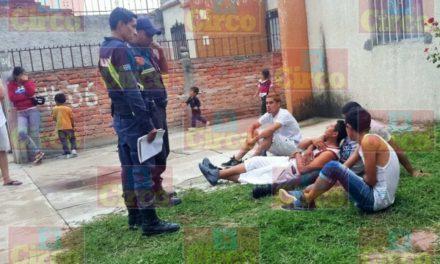 ¡2 motociclistas lesionados tras estrellarse contra una finca en Lagos de Moreno!