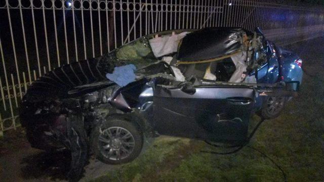 ¡Automovilista se salvó de morir tras estrellarse contra un tráiler y destrozar su carro en Aguascalientes!