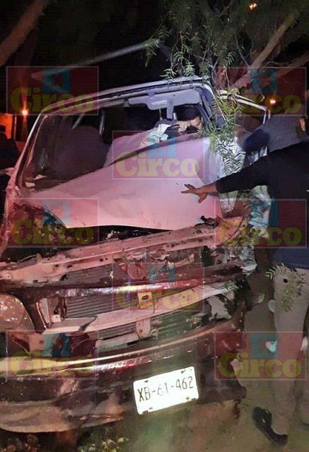 ¡Camioneta chocó contra un árbol en Ojuelos: 3 lesionados!