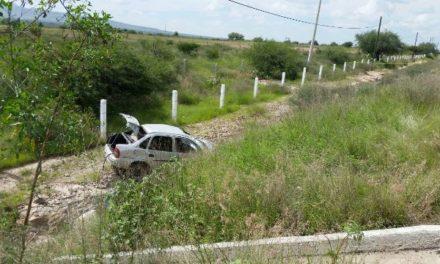 ¡Volcadura de un automóvil en Asientos, Aguascalientes, dejó al chofer muerto!
