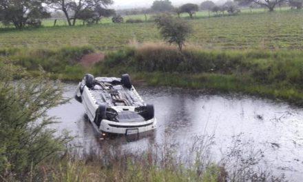 ¡Automóvil se volcó y quedó en un bordo de agua en Aguascalientes; el chofer salió ileso!