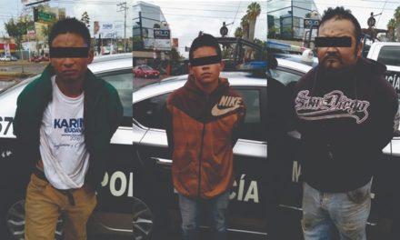 ¡La Policía Municipal de Aguascalientes detuvo a 3 sujetos por amenazas, posesión de arma de fuego y de 11 envoltorios de droga!