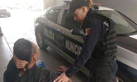 ¡Policías municipales de Aguascalientes rescataron a abuelita agredida por su nieto, que amenazó con quitarse la vida con dos cuchillos!