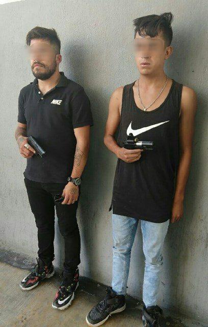 ¡Detuvieron a 2 sujetos armados afuera de un banco Banorte en Aguascalientes!