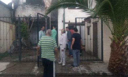 ¡Policías municipales rescataron a 2 ancianitos de su casa en llamas en Aguascalientes!