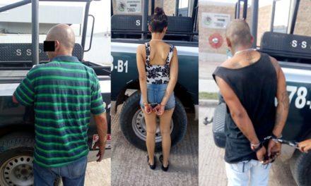 ¡Policías municipales de Aguascalientes detuvieron a 2 sujetos y 1 mujer con un arma de fuego, droga y dinero!