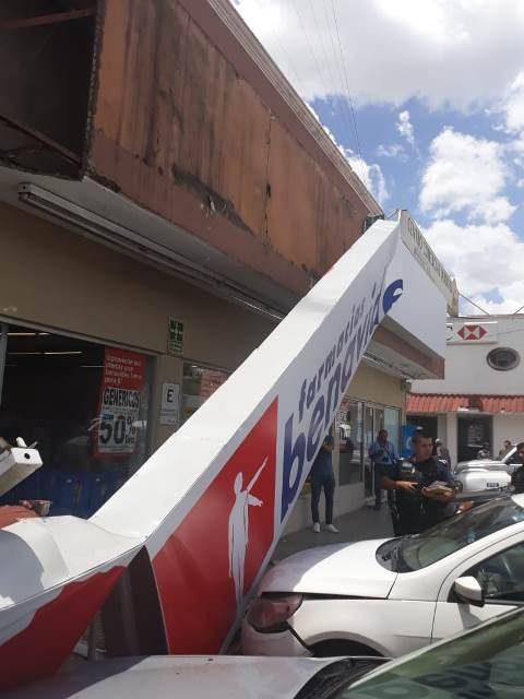 ¡Marquesina de una farmacia cayó sobre 2 mujeres y 4 vehículos en Aguascalientes!