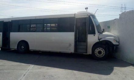 ¡Fuerte choque entre una camioneta y un camión urbano dejó 6 lesionados en Aguascalientes!
