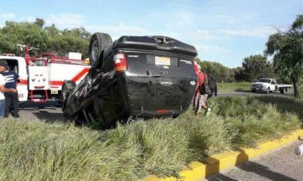 ¡3 lesionados tras espectacular volcadura de un automóvil en Aguascalientes!