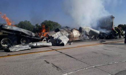 ¡Impresionante accidente en Lagos de Moreno: chocaron dos tráileres y uno se incendió!