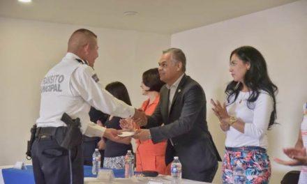 ¡Entrega el alcalde de Jesús María apoyos a policías municipales para la mejora de sus viviendas!