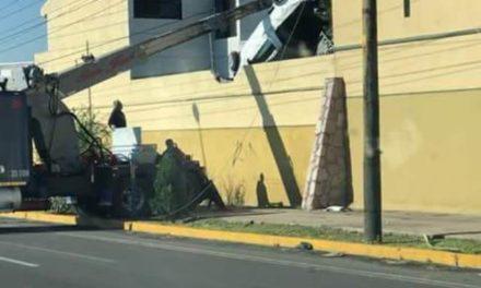 ¡Camioneta literalmente voló y cayó dentro de una residencia del Campestre en Aguascalientes!