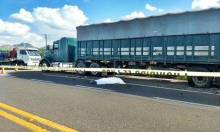 ¡1 muerto y 2 lesionados graves dejó fuerte choque entre un auto y un tráiler en Sombrerete!
