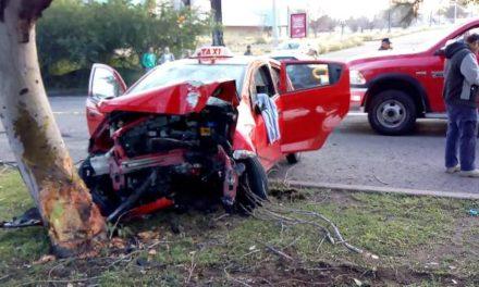 ¡Trágico accidente de un taxi en Aguascalientes: murió el chofer y 2 pasajeras resultaron lesionadas!