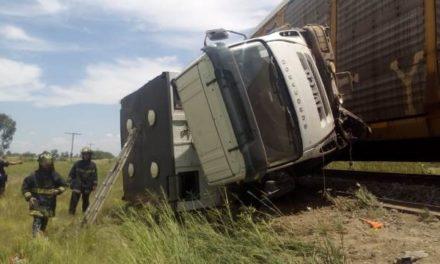 ¡El tren embistió y volcó un camión en Aguascalientes: murió un zacatecano y otros dos resultaron lesionados!