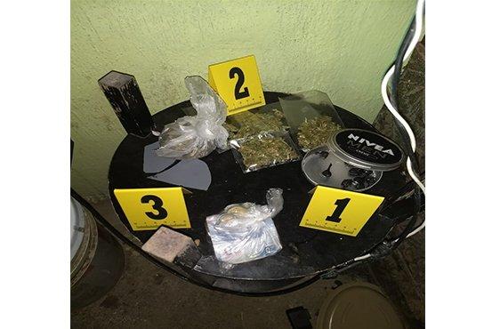 ¡Agentes federales catearon una narco-tiendita en Aguascalientes y detuvieron a tres sujetos y una mujer!