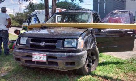 ¡Camioneta chocó contra un árbol y un poste de luz en Aguascalientes y 2 esposos resultaron lesionados!