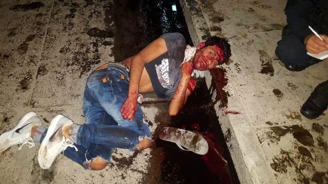 ¡Ebrio automovilista chocó 3 vehículos estacionados y éstos atropellaron a 3 peatones en Aguascalientes!