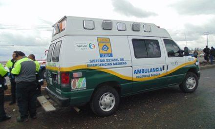 ¡2 mujeres lesionadas tras el choque entre una combi de pasajeros y una camioneta de la CFE en Aguascalientes!