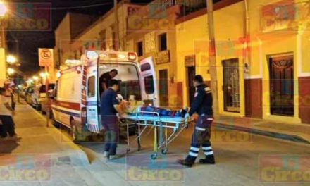"¡Graves 2 adolescentes motociclistas embestidos por auto ""fantasma"" en Lagos de Moreno!"