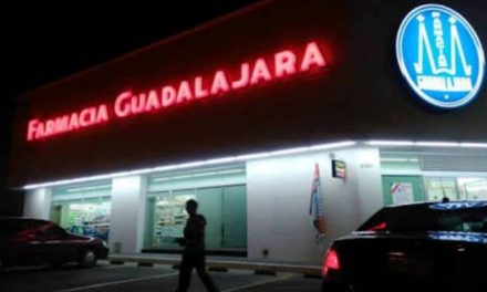 ¡2 sujetos y 2 mujeres asaltaron una farmacia en Aguascalientes y se llevaron $20 mil!