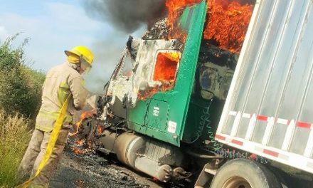 ¡Delincuentes incendiaron un tráiler como parte de un narco-bloqueo en San Juan de los Lagos!