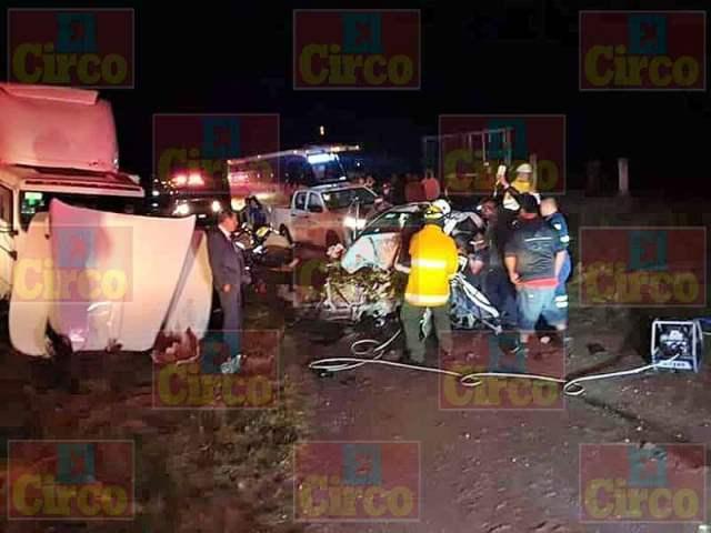¡2 lesionados graves tras choque frontal entre camioneta y tractocamión en Ojuelos!