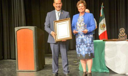¡Entrega el gobernador reconocimiento a Jeanette Herbert, primera dama de Utah!