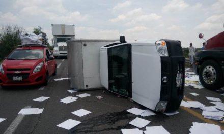 ¡Camioneta cargada con papelería se volcó en la 45 Norte en Aguascalientes y el chofer resultó lesionado!