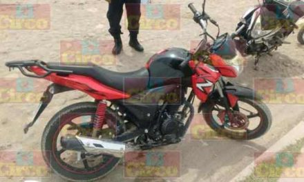 ¡Veloz motociclista lesionado tras estrellarse contra un auto en Lagos de Moreno!