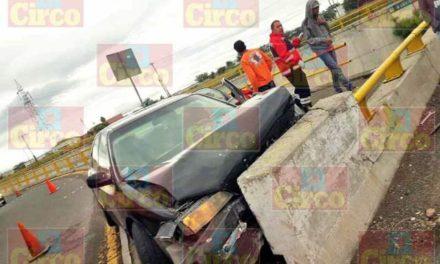 ¡Varios lesionados tras estrellarse un auto contra el muro de contención del nodo vial en Lagos de Moreno!
