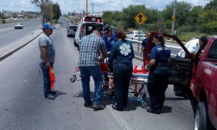 ¡Camioneta chocó contra un poste de luz en Aguascalientes y una mujer resultó lesionada!