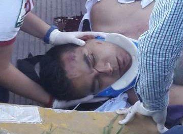 ¡Grave motociclista que se impactó contra un camión refresquero en Aguascalientes!