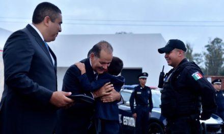 ¡Entrega el gobernador estímulos a policías destacados y sus familias!