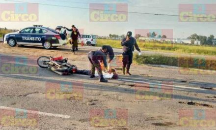 ¡Motociclista lesionado tras chocar contra un auto en Lagos de Moreno!