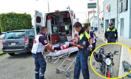 ¡Por esquivar un bache, motociclista chocó contra una camioneta y resultó lesionado en Lagos de Moreno!