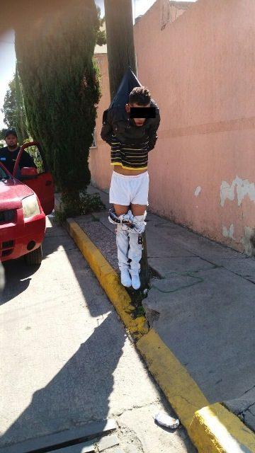 ¡Asaltante fue sometido por vecinos en Aguascalientes y colgado en un poste!