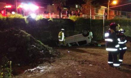 ¡Ebrio joven se salvó de morir tras volcar su auto y caer a un desnivel de 3 metros en Aguascalientes!
