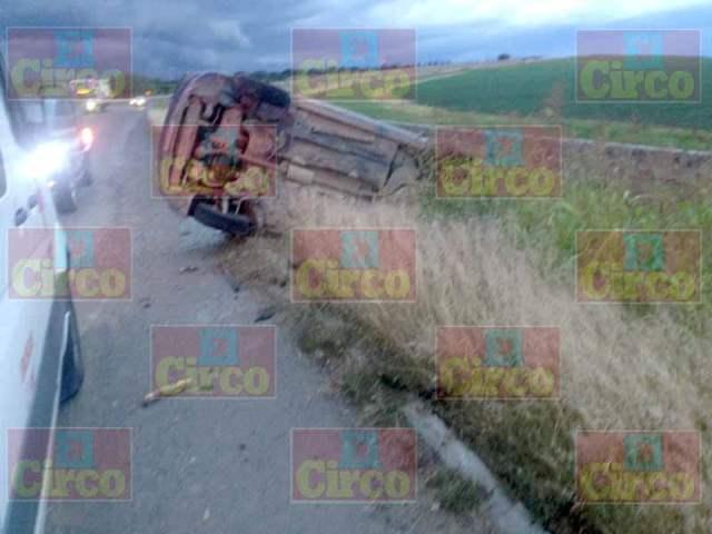 ¡Automóvil se volcó en el Libramiento Sur en Lagos de Moreno!