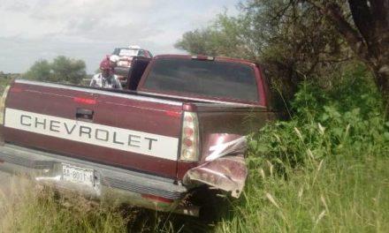 ¡Fuerte choque entre una camioneta y un taxi dejó 2 lesionados en Aguascalientes!