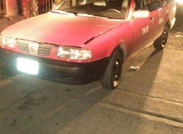 ¡Taxista fue asaltado por dos sujetos y una mujer y policías municipales de Aguascalientes recuperaron el auto de alquiler que le quitaron!