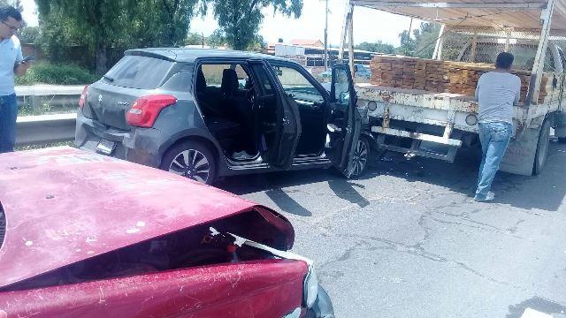 ¡Carambola entre 3 vehículos dejó 2 lesionados en Aguascalientes!