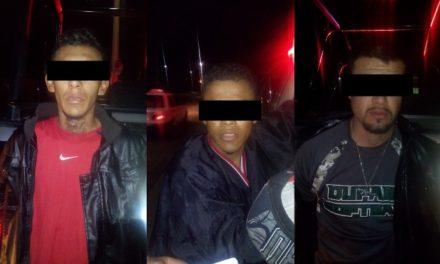 ¡Policías municipales de Aguascalientes detuvieron a 3 sujetos con un arma de fuego y que pretendieron huir en un taxi!