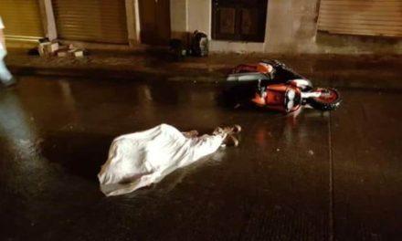 ¡Joven motociclista murió tras estrellarse contra una finca en San Juan de los Lagos!