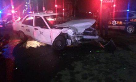 ¡Choque entre un taxi y un auto particular en Aguascalientes dejó 2 lesionados!
