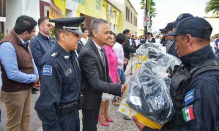 ¡Entrega Noel Mata uniformes a policías de Jesús María!