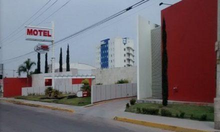 ¡Policías estatales de Aguascalientes detuvieron a 2 sujetos que amenazaron a un trabajador de un motel con un arma larga!