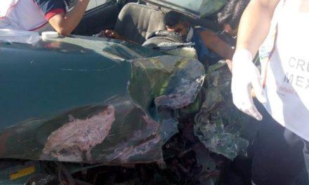 ¡Fuerte choque entre un auto y una camioneta dejó 1 muerto y 4 lesionados en Aguascalientes!