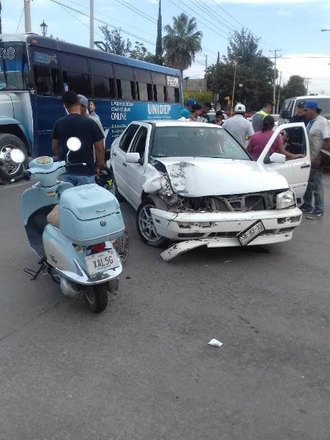 ¡Choque entre un auto y una camioneta dejó lesionados a un adolescente y a un niño en Aguascalientes!