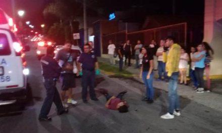 ¡Choque entre un taxi y una motocicleta dejó dos lesionados en Aguascalientes!